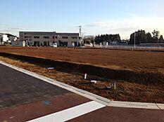 西側・北側それぞれ6m道路の角地です。タウン内は、通り抜け車両も少なく静かな環境です。(写真撮影後、タウン内で建物が建ち始めています)