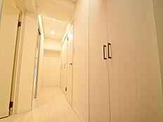 温もりのある照明が優しく照らす。玄関にはシューズボックスの他に広々とした収納スペースがあり整理整頓上手。