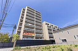 高層棟と低層棟からなる建物外観