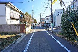 前面道路の幅はゆったりと約5.4mあり、開放感がございます。