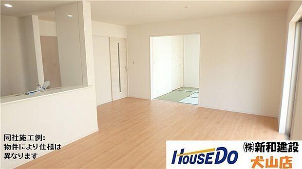 和室続きのリビングは広々としており、キッチンとリビングダイニングを隔てるものがなく、開放感あふれる空間が広がります。