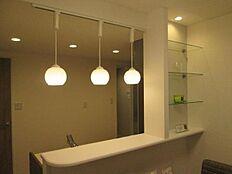 お洒落な照明とカウンター横のガラス棚