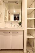 収納豊富な洗面室