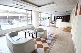 カフェスペースの隣には寛げるロビーが隣接。ゆっくりとした時間をお過ごしください。