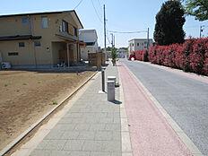 歩道部分及び歩道の小型照明。道路向はお寺の敷地及び墓地ですが、生垣があり景観が整っている印象です。