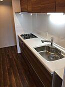 壁付けキッチンの魅力は収納力の多さです。奥にはパントリーもございます。