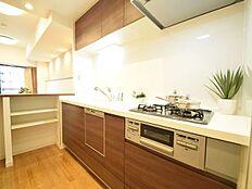 ビルトイン式食洗機を標準完備し、奥様の家事を時短致します。家族との対話を楽しめる対面キッチンの裏には大型の冷蔵庫やカップボードを配置しても充分な広さを確保しております。