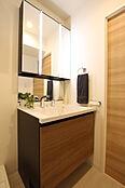 木目調扉が美しい洗面化粧台。シャワー栓は引き出して使えます