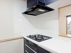 三口ガスコンロはお料理のレパートリーが広がります。ビルトインなのでお掃除も楽になります。