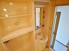 洗面所は備え付けの棚があり、必要なものを十分に置いておくことができます。