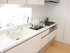 使いやすくスタイリッシュなキッチン空間には、奥様の視点が存分に活かされています。ご家族と顔を合わせながら調理できるカウンタータイプのキッチンは開放的な雰囲気を創ります。