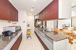 約4.4帖の収納豊富なキッチンスペース