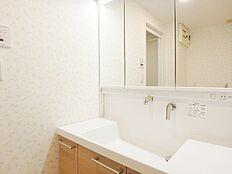 大きな鏡の洗面台。水栓が上部にあり、アーチタイプよりお手入れが楽です。