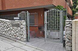 石畳と鉄製の門扉はお洒落です。