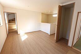 LDKは広々18帖階段が奥に配置されており、ご家族の帰宅時に顔を合わせやすい設計です。リビング階段より気密性を確保できます。