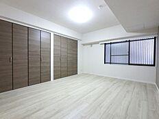 主寝室としてお使いいただける約8.2帖の洋室です。 クローゼットとウォークスルークローゼットがあるため 収納には困りません
