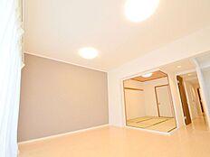 明るく差し込む陽光が心地よい。静かな住環境の為、室内も大変落ち着きのある空間。