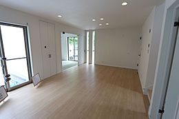 白を基調とした明るい室内。