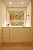 白を基調とした洗面化粧台。大きな鏡が見やすいです