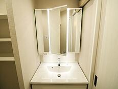 鏡面裏に収納棚を設置し、歯ブラシやスキンケア用品を仕舞えます