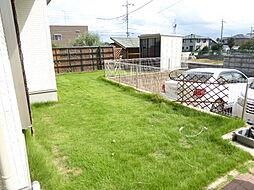 芝生の庭があり...
