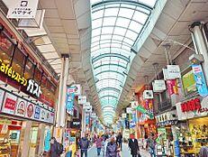 贅沢といえるほどの豊かな居住性と、プライドを満たすクオリティが見事に調和した住環境、緑溢れる街。駅前のハッピーロード商店街も魅力の1つ。