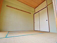 6帖の南向き和室は日当たりが良いだけでなく、押入れやハンガーを掛けられるフックがあるなど収納面も優秀です。