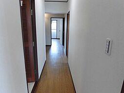 ピカピカの廊下を進んでいくと明るいLDKが広がります。フローリングを張替えているので、まるで新築のような心地よさ。