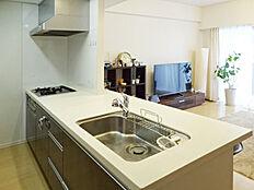 吊戸棚が無くオープンタイプの開放的な対面カウンター式キッチン