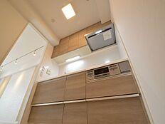 浄水機能付水栓が備え付けのキッチンはリビング横にあり、ちょうど良い収納スペースを設けています。