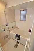 小窓付きの浴室は、換気もしっかりできてお掃除の手助けになりますね