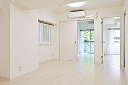 白を基調とした明るい雰囲気のお部屋です。
