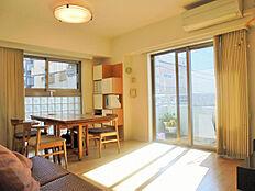 東南角部屋、2面採光で明るく・通風良好な開放感のあるリビングです。