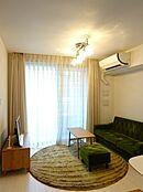 全室角住戸のフロアプラン。11.6帖のリビングは床暖房が装備されており、寒い冬に便利です。