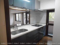 2F キッチンは対面式 勝手口よりバルコニーにで出入りできます