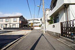 車通りの少ない閑静な住宅街に位置しております。良好な環境で、子育てへの安心感と親子の楽しみが倍増。人の生活に欠かすこ