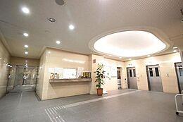 エントランスホール近くに設けられるロビーは「来客があった時簡単に用事を済ます場」として使われるようです。来客が多い人にとっては自宅に通さず用事が済む「便利」な場所です。