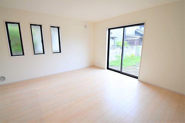 2面採光で明るい光が差し込みます。 さらに全居室、複層ガラスの遮熱効果と断熱効果で、一年中快適に過ごせます。