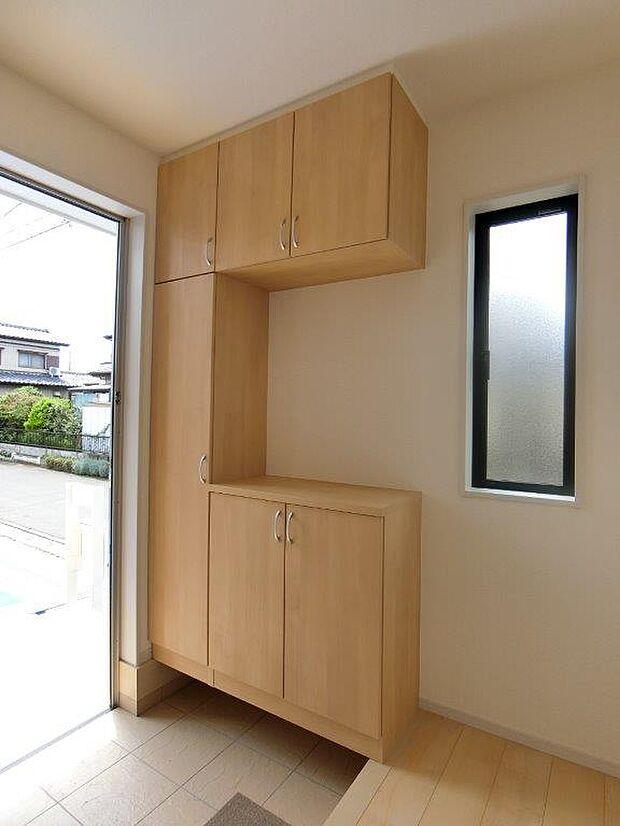 間口の広い玄関です。可動式の棚で、ブーツや長物も収納できます。