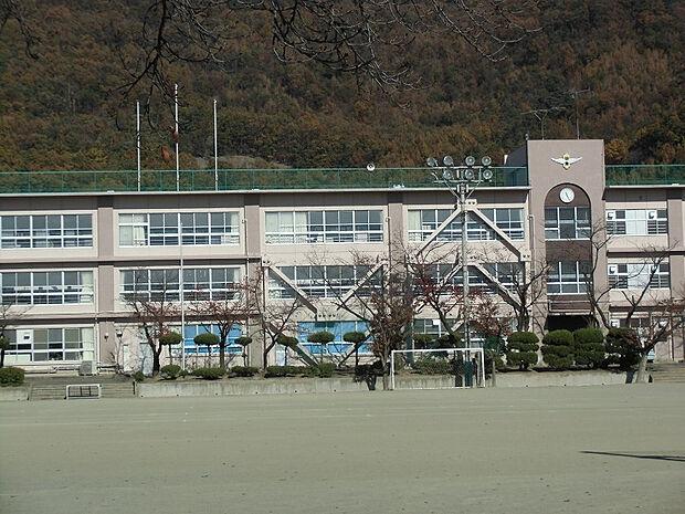 羽黒小学校まで約698m(徒歩約9分)