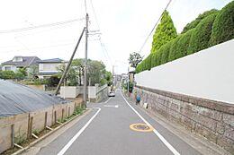 車通りの少ない前面道路。小さなお子様がいるご家庭も安心の立地です。