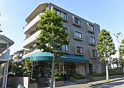 緑豊かな閑静な場所に立地しているマンション。4階建ての低層マンション。