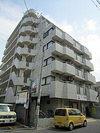 外観(8階建ての駅近にあります。)
