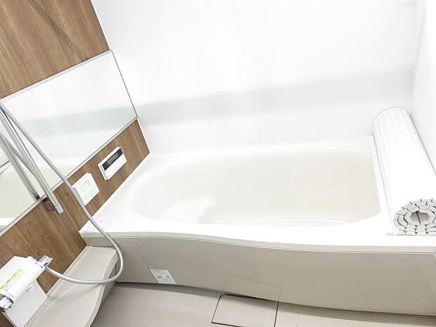 同施工例:イメージ写真(実際とは異なります) 浴槽の形状や色などショールームで現物を確認しながら決めて頂けます。 うれしい浴室暖房乾燥機(カワック)が標準装備です♪