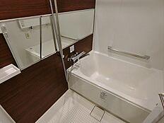 新規交換の浴室換気暖房乾燥機・24時間換気システム・手摺り付きで、清潔なバスルームです。
