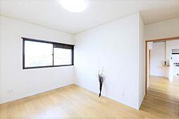 洋室リフォーム完了後の南東側洋室です。クロスを貼り替え、床材を上貼りしました。
