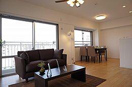 14.5帖の広いスペース。ダイニングとソファーを置いても余裕があります。