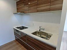 食洗機や浄水器内臓で上段にも収納棚があります。