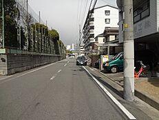 ゆったりとした前面道路も約8Mあるので、お車の出し入れもらくらくです。
