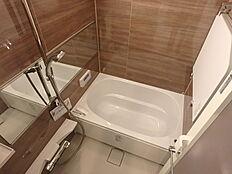 熱い湯で沸かし直しができるバスルーム。